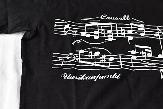 Crusell-naiset myyvät mm. T-paitoja torilla Crusell-viikon ajan.